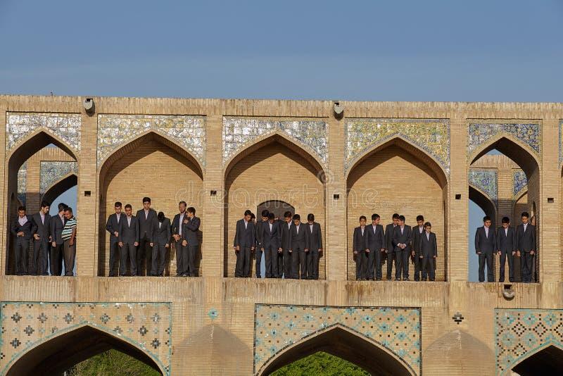 伊朗学童在桥梁Khaju, I被成拱形的适当位置站立  免版税库存图片