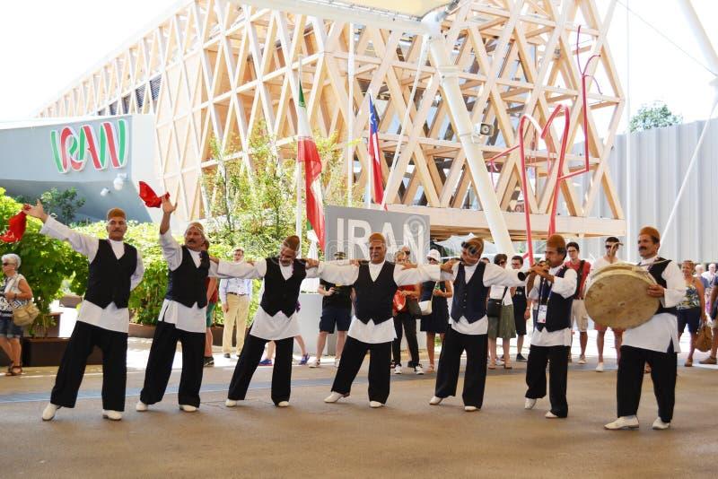 伊朗民间传说舞蹈家跳舞充满在伊朗亭子前面的激情在商展米兰2015年 免版税图库摄影