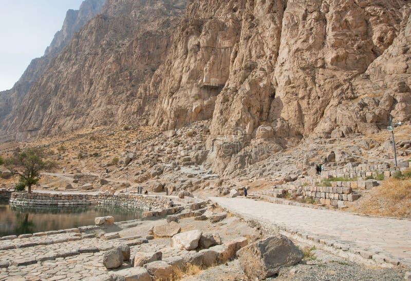 伊朗游人走通过在美丽的波斯谷的山脉 免版税图库摄影