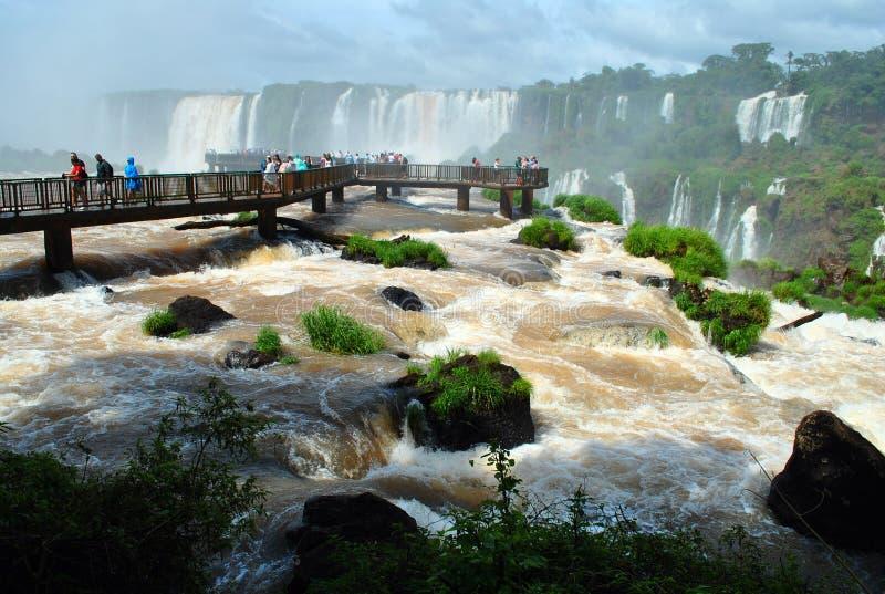 伊瓜苏瀑布在有游人的巴西 库存图片