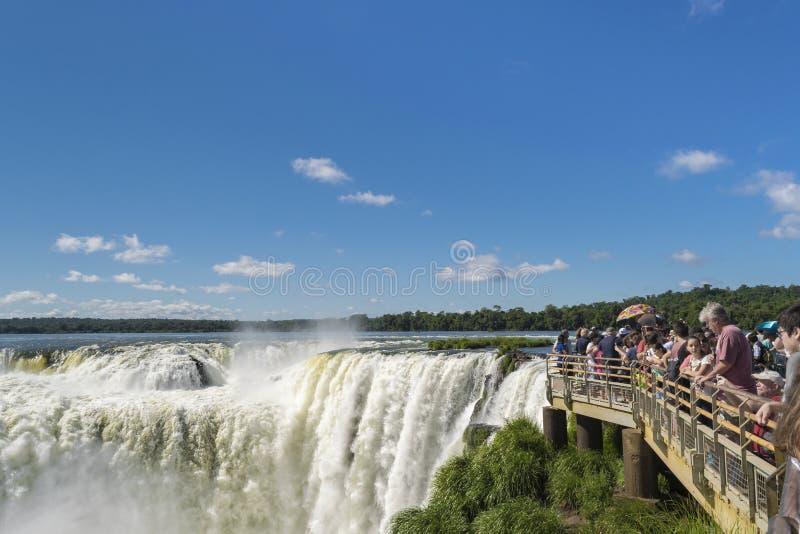 伊瓜苏瀑布恶魔喉头阿根廷人边界的游人 免版税库存照片