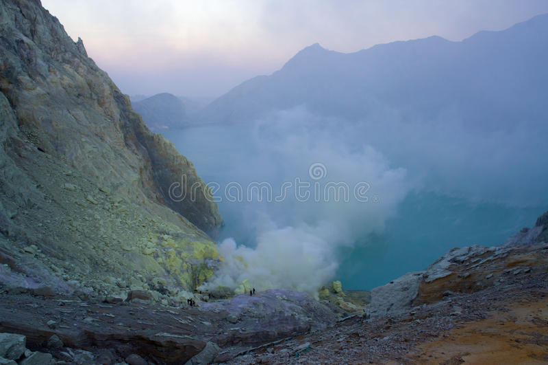 伊真火山火山在东爪哇省包含世界的最大的酸性火山的火山口湖,称Kawah伊真火山 免版税库存照片