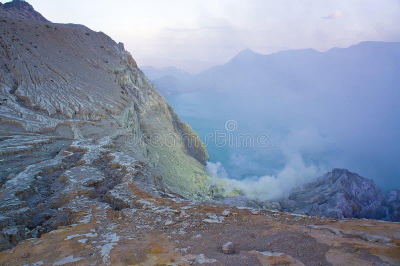 伊真火山火山在东爪哇省包含世界的最大的酸性火山的火山口湖,称Kawah伊真火山 免版税图库摄影