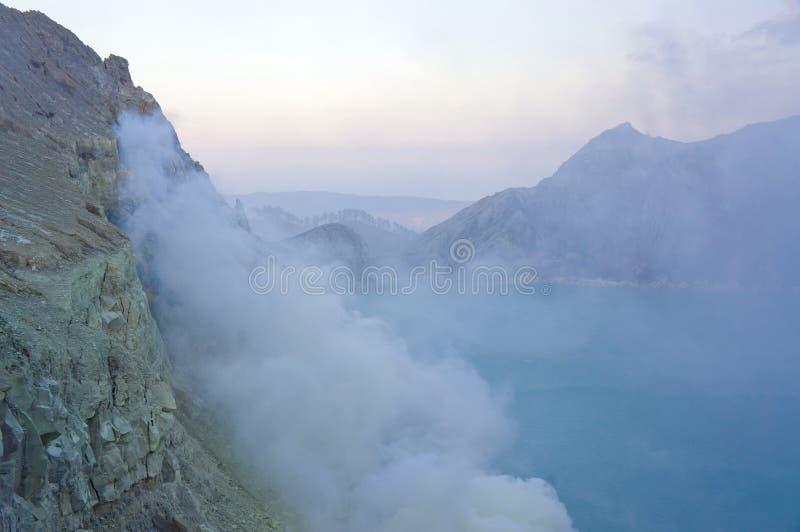 伊真火山火山在东爪哇省包含世界的最大的酸性火山的火山口湖,称Kawah伊真火山 库存图片