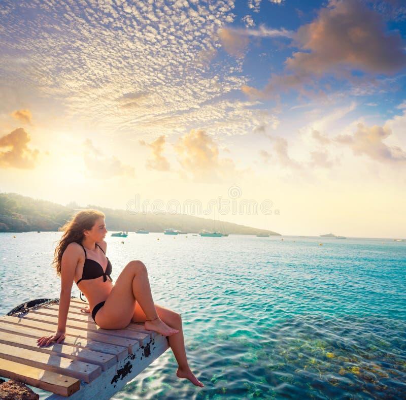 伊维萨岛比基尼泳装女孩放松在Portinatx海滩 免版税图库摄影