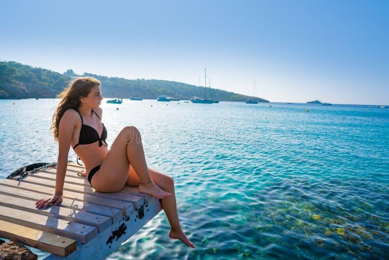 伊维萨岛比基尼泳装女孩放松在Portinatx海滩 库存照片