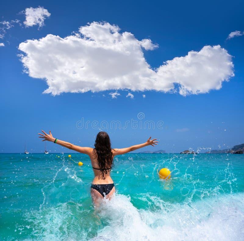 伊维萨岛飞溅水的海滩女孩在Balearics 库存照片