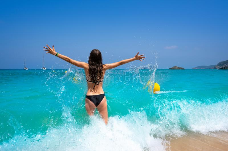 伊维萨岛飞溅水的海滩女孩在Balearics 库存图片