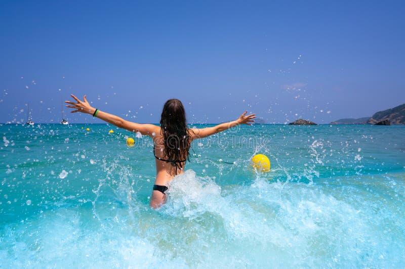 伊维萨岛飞溅水的海滩女孩在Balearics 免版税库存照片