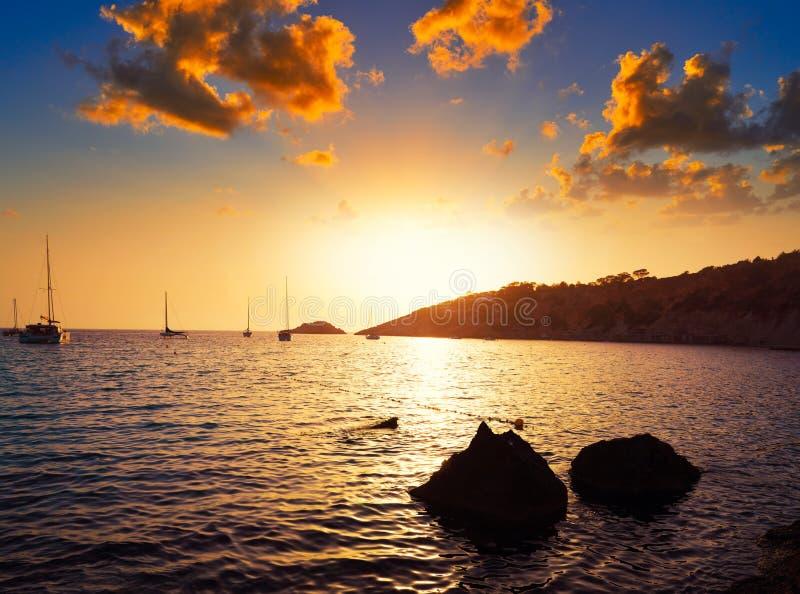 伊维萨岛cala与ES韦德拉小岛日落的d霍特 库存照片