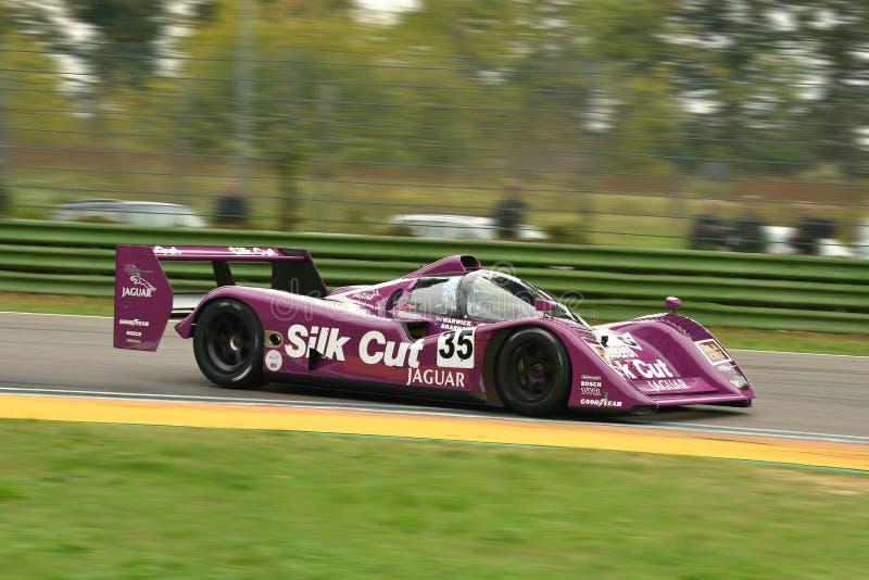 伊莫拉经典之作2018年10月26日:捷豹汽车勒芒原型XJR14 1991丝绸被削减的号衣杰拉德・洛佩兹和V驾驶的前沃里克Brabham 图库摄影