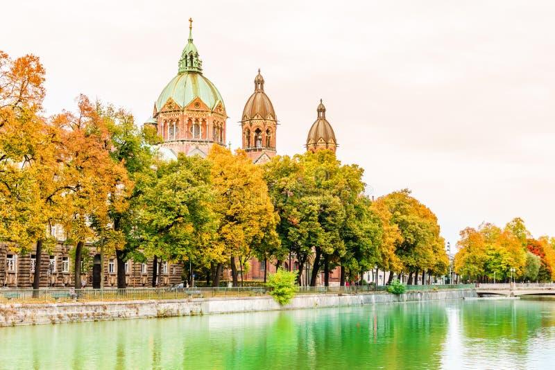 伊萨尔河河一个圣安那churchautumn风景Lehel在慕尼黑 免版税库存照片