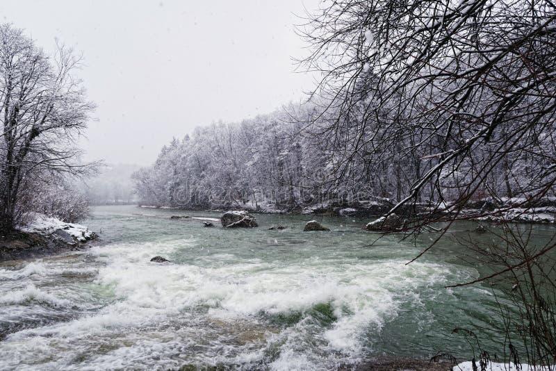 伊萨尔河河与雪的冬天 库存图片