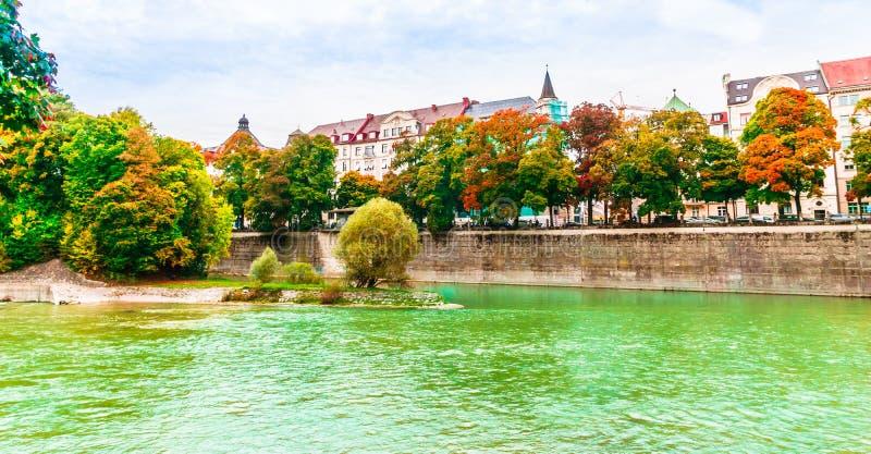 伊萨尔河河五颜六色的秋天风景在Lehel慕尼黑,巴伐利亚 免版税库存照片