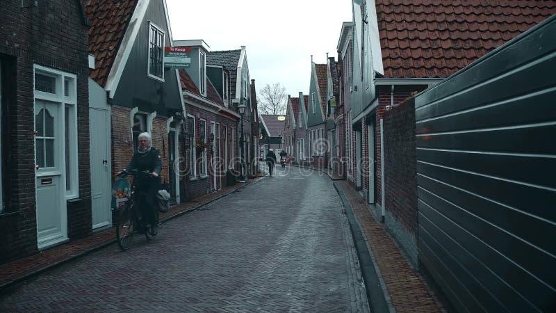 伊顿干酪,荷兰- 2017年12月30日 沿传统荷兰镇街道的POV步行 免版税库存照片