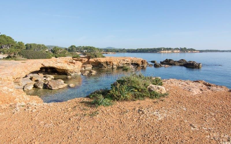伊维萨岛自然岩石和海洋风景 库存照片