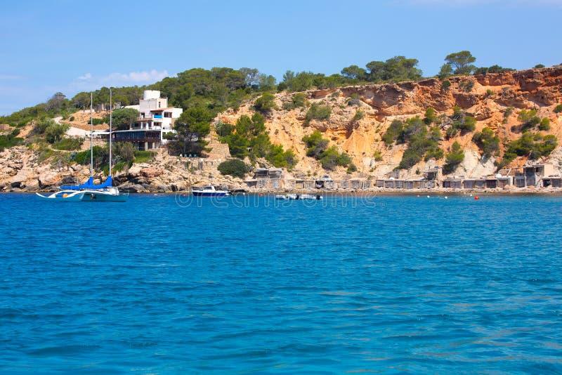 伊维萨岛Cala从小船的dHort d霍特视图在拜雷阿尔斯 免版税图库摄影