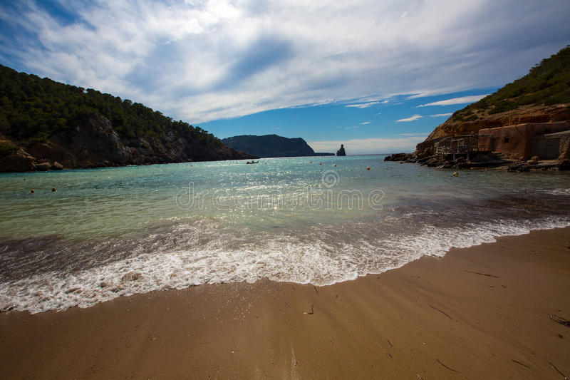 伊维萨岛Cala Benirras海滩在拜雷阿尔斯的圣霍安 免版税库存照片