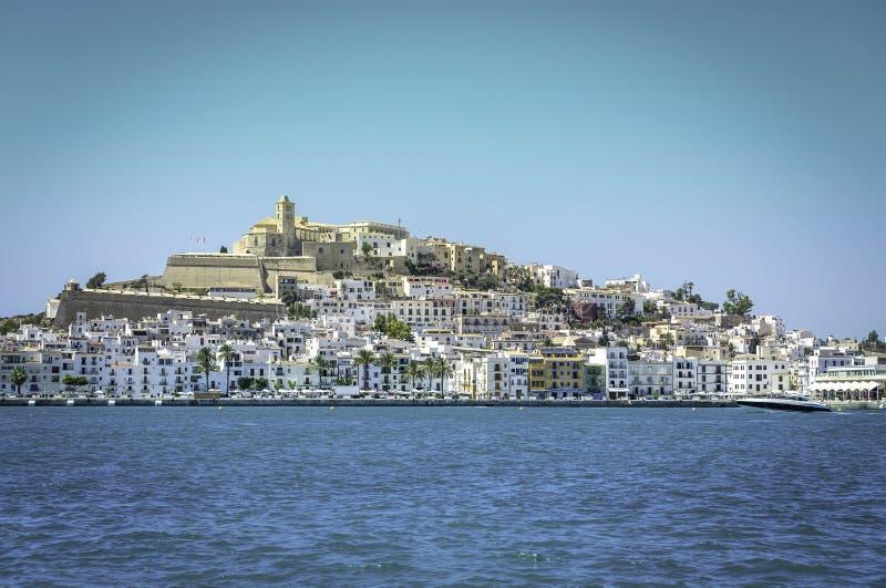 伊维萨岛Eivissa老镇有蓝色地中海城市视图 库存照片