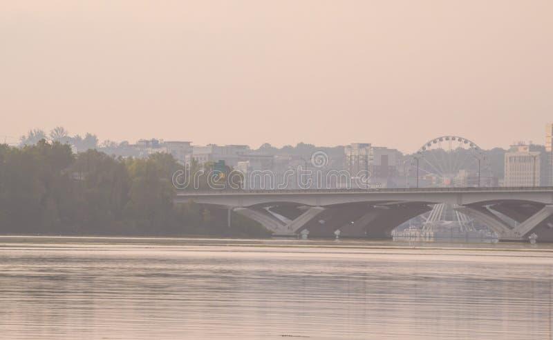 伍德罗・威尔逊纪念桥梁跨过在亚历山大、弗吉尼亚和马里兰州的波托马克河之间 免版税库存照片