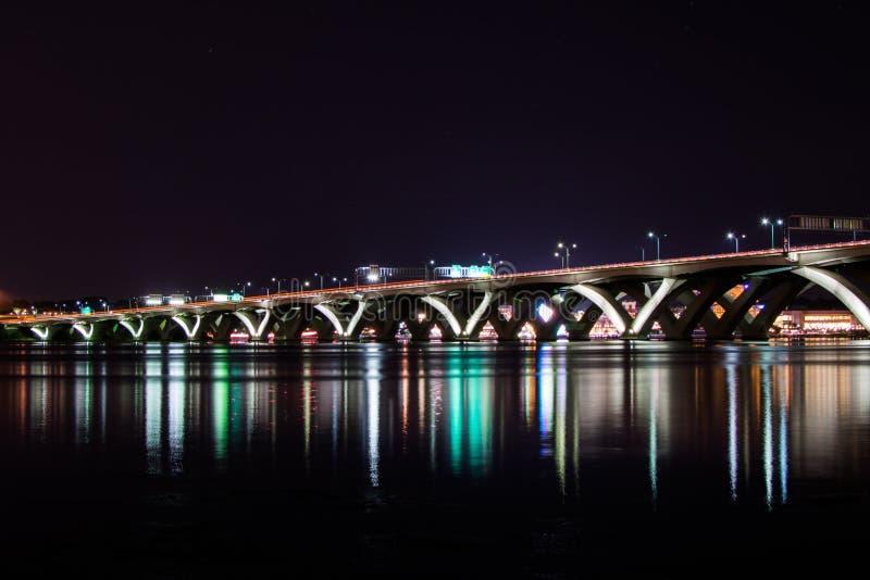 伍德罗・威尔逊纪念桥梁在与反射的晚上  免版税图库摄影