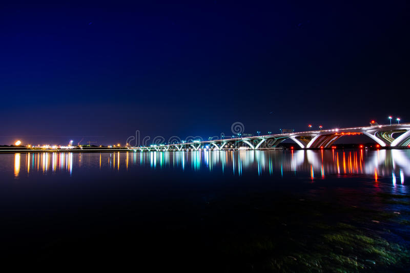 伍德罗・威尔逊纪念桥梁在与反射的晚上  库存照片