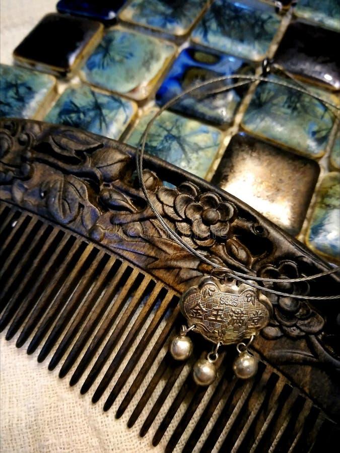 伍迪梳子、sillver锁和马赛克 免版税图库摄影