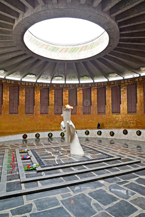 伏尔加格勒,俄国 军事荣耀大厅与永恒火焰的火炬的 kurgan的Mamayev 免版税库存图片