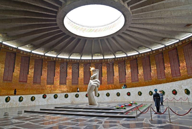 伏尔加格勒,俄国 军事荣耀大厅与永恒火焰的 kurgan的Mamayev 图库摄影