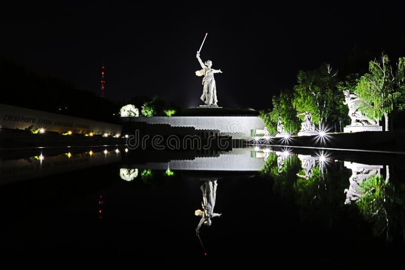 伏尔加格勒,俄罗斯- 2018年7月11日:在雕象的看法在伏尔加格勒命名了在Mamayev库尔干的祖国电话 免版税库存照片