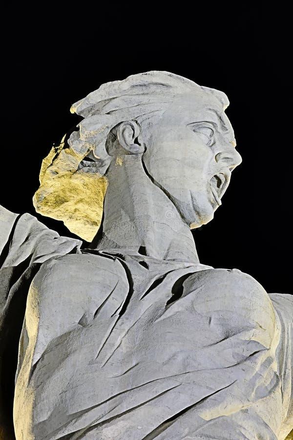 伏尔加格勒,俄罗斯- 2018年7月11日:在雕象的看法在伏尔加格勒命名了在Mamayev库尔干的祖国电话 免版税库存图片