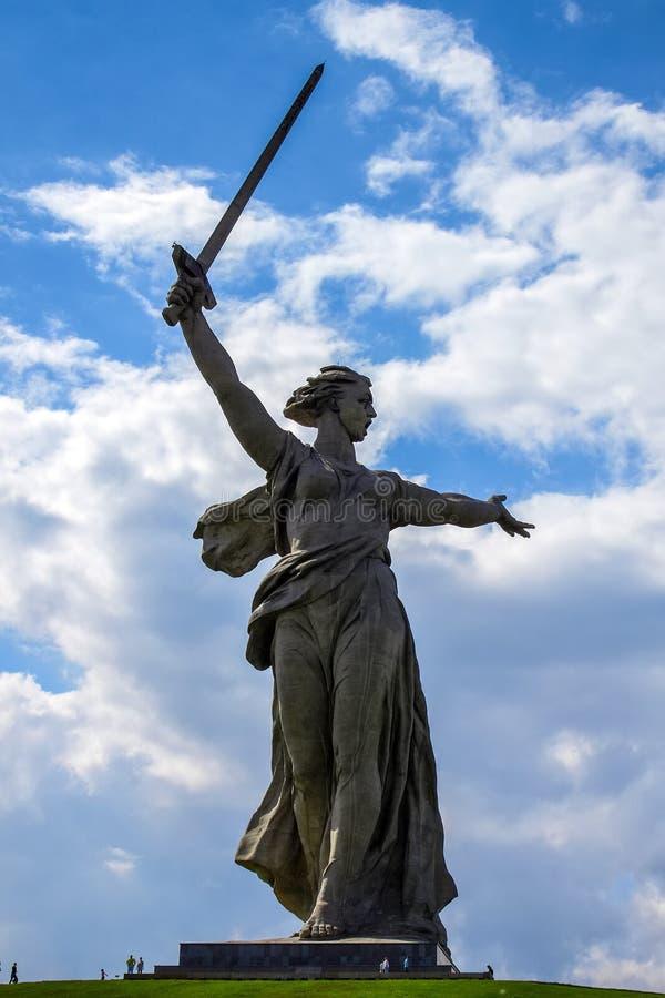 伏尔加格勒,俄罗斯- 2011年5月9日:雕刻'祖国电话!'在马马耶夫库尔干州 图库摄影