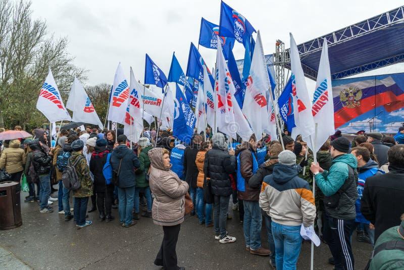 伏尔加格勒,俄罗斯- 11月04 2016年 政党代表与旗子的在民族团结天 免版税图库摄影