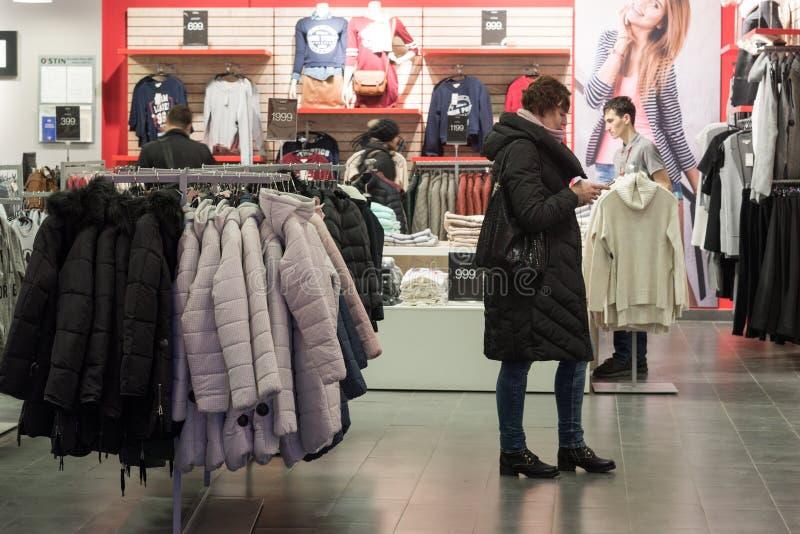 伏尔加格勒,俄罗斯- 11月03 2016年 Ostin在商业区Diamant的商店内部 免版税库存照片