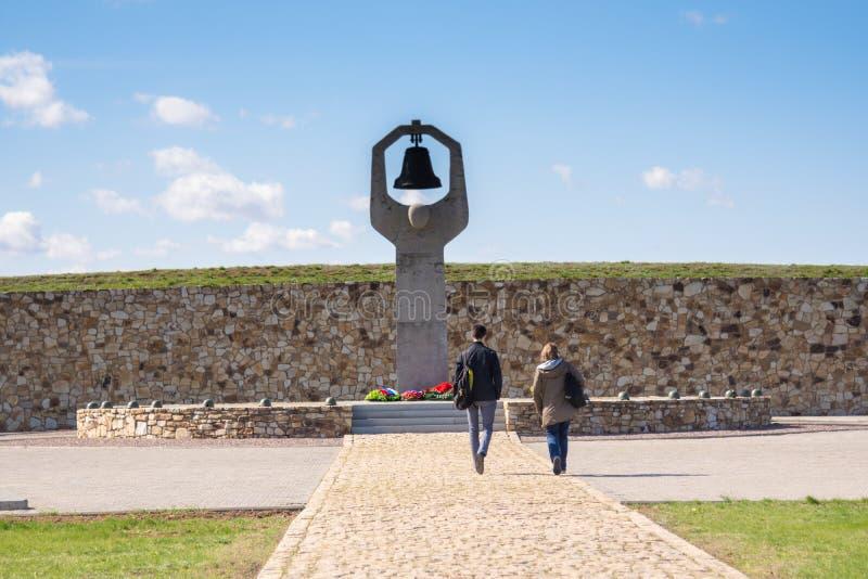 伏尔加格勒 俄罗斯- 4月16日2017在斯大林格勒战役杀害的那些的苏联战争纪念建筑公墓的战争纪念建筑  库存图片