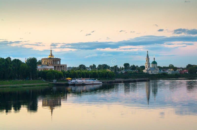 伏尔加河和它的堤防与特维尔河驻地和StCatherine古老修道院的晚上视图  市特维尔, Ru 免版税库存图片