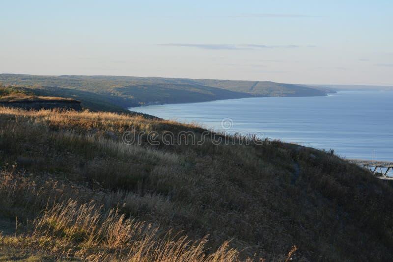 伏尔加河海岸线在秋天 小山用干草本和河大海  平静的风景 图库摄影