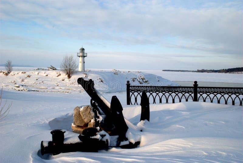伏尔加河的冬天堤防的全景以大船锚为目的在岸和灯塔 库存照片