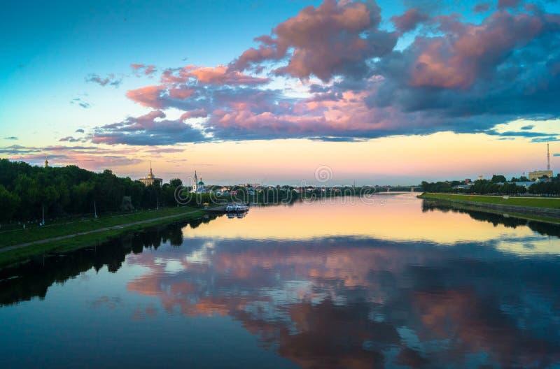 伏尔加河的镜子光滑的表面反射剧烈的日落天空 市特维尔,俄罗斯 免版税库存图片