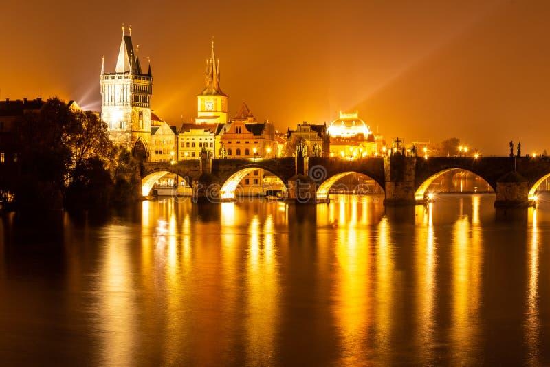伏尔塔瓦河河和查理大桥有奥尔德敦桥梁塔的在夜,布拉格,Czechia之前 科教文组织世界遗产站点 免版税库存图片