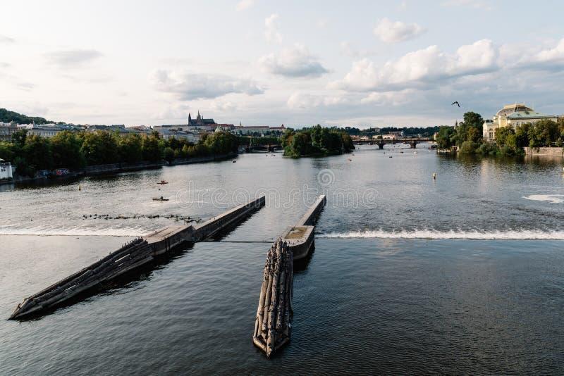 伏尔塔瓦河河风景看法在布拉格的历史的中心 库存照片