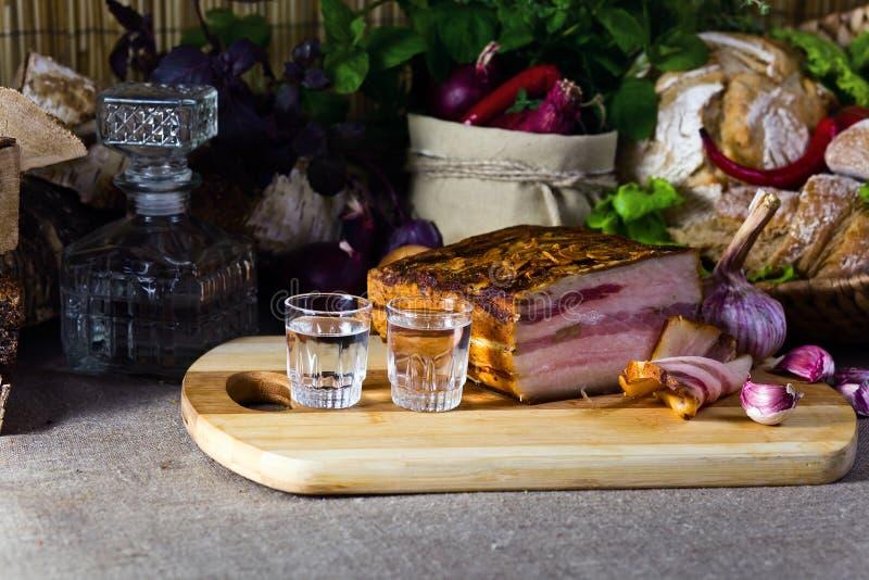 伏特加酒和熏制的肉 免版税库存图片