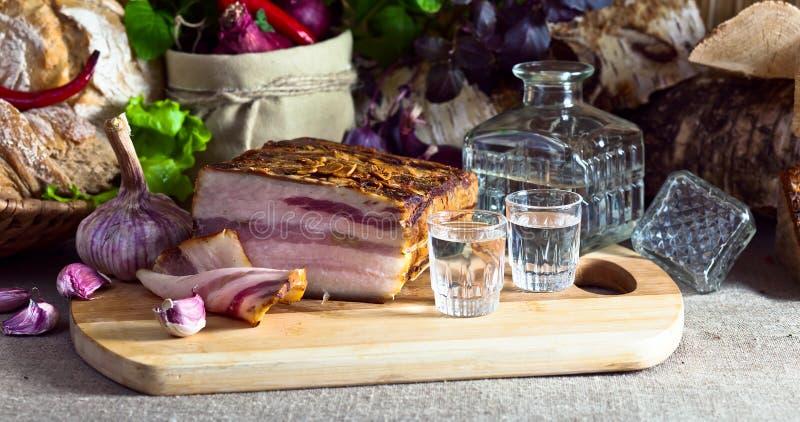 伏特加酒和熏制的肉 免版税库存照片