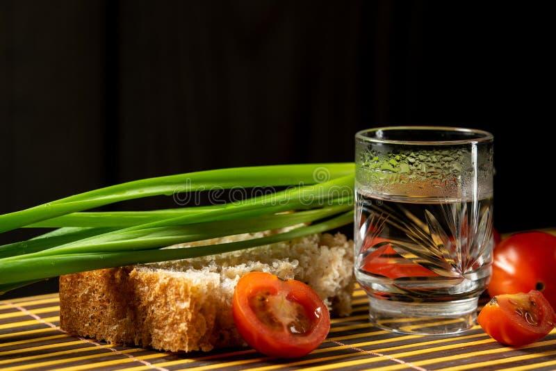 伏特加酒在席子家俄国样式的菜静物画 免版税图库摄影