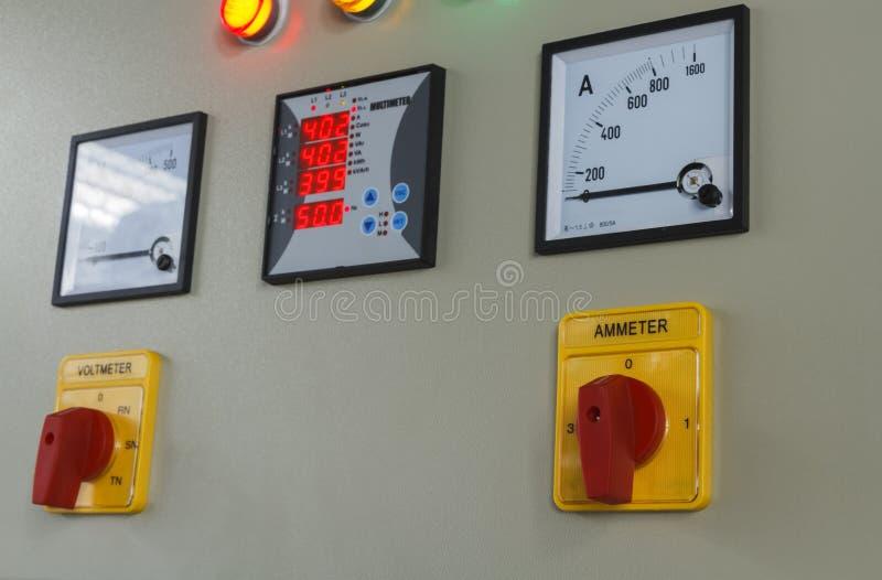 伏特和amp测量在电动控制盘区的开关按钮 免版税图库摄影