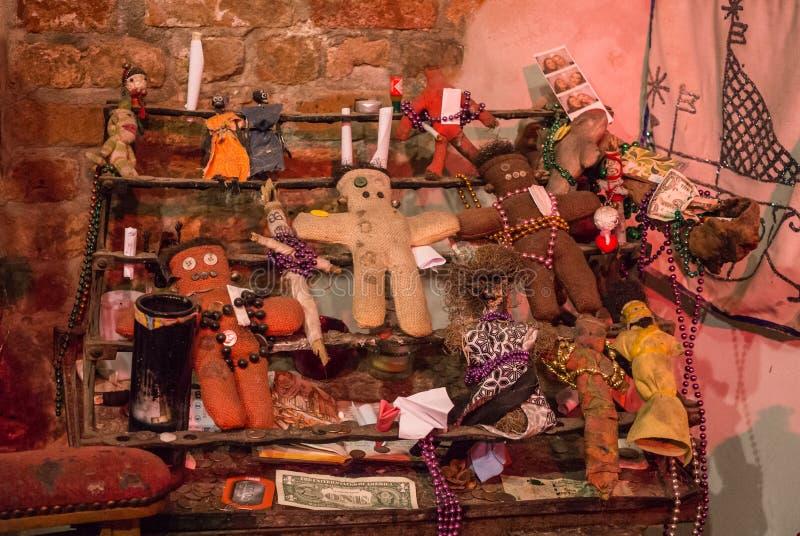 伏都教宗教礼节属性  伏都教玩偶和牺牲 免版税库存图片
