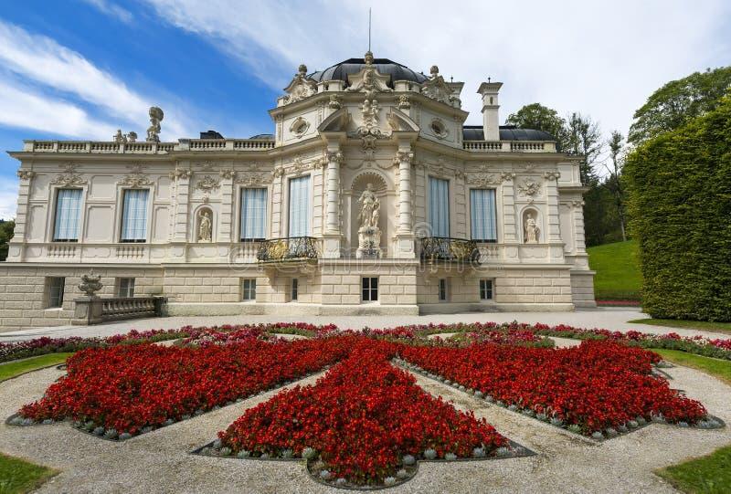 巴伐利亚ii国王linderhof路德维格纪念碑多数一个宫殿重建了被访问的王朝 与旁边庭院的东部看法 巴伐利亚德国 免版税库存图片
