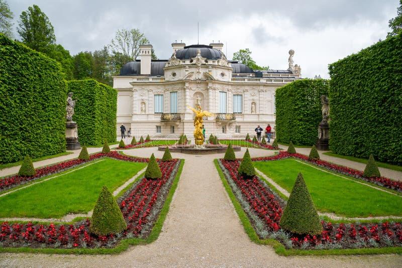 巴伐利亚ii国王linderhof路德维格纪念碑多数一个宫殿重建了被访问的王朝 与旁边庭院的东部看法 巴伐利亚德国 免版税图库摄影