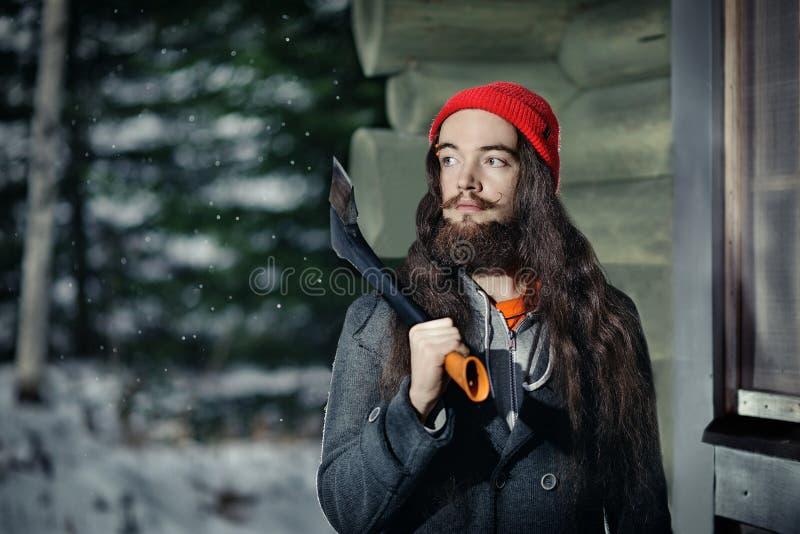伐木工人在冬天森林里 免版税图库摄影