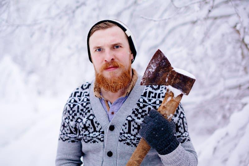 伐木工人在多雪的冬天森林里 免版税库存图片